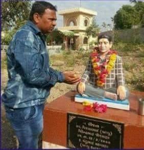 જેતપુર: અવસાન પામેલા મિત્રની યાદમાં સ્ટેચ્યુ બંધાવી મિત્રે રચી અનોખી વજૂદ કહાની