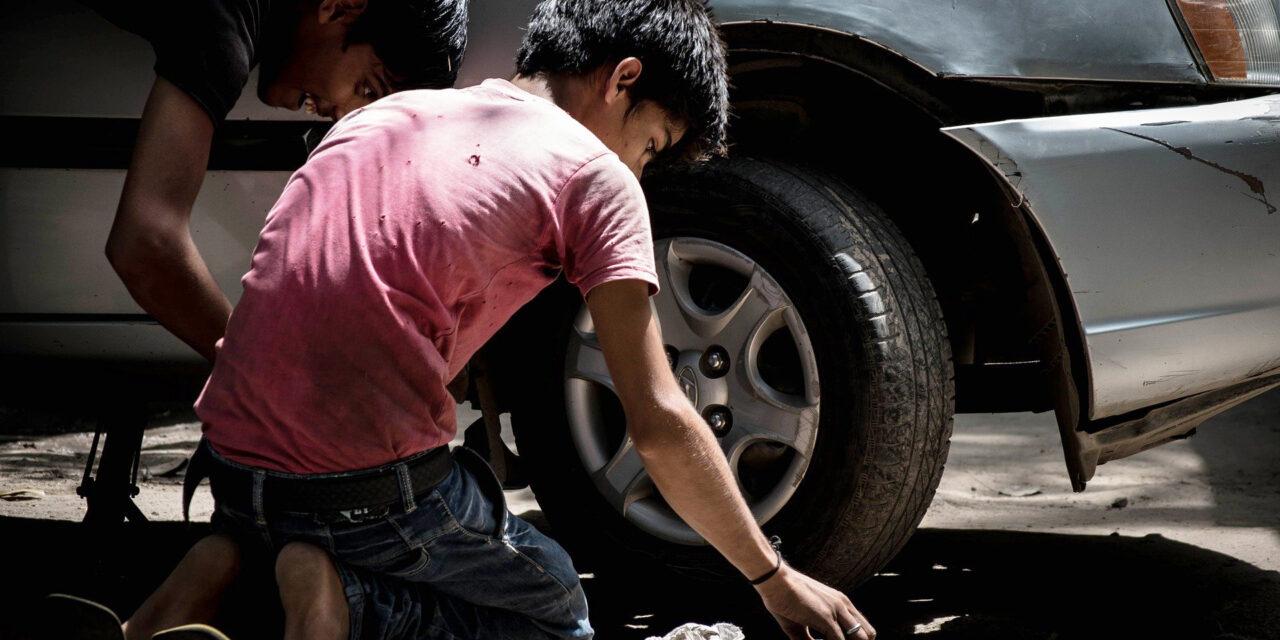 बाल श्रम के पिंजरे में कैद बचपन